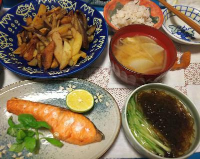 DSC_3949_0918夜-鮭焼きスダチ添え、ジャガイモとナスの炒め物、モズクキュウリ、みそ汁、雑穀ご飯_400.jpg