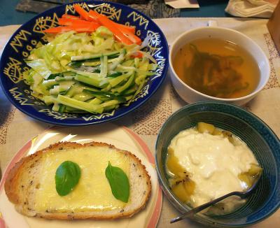 DSC_4242_1004昼-バジルチーズ胡麻パン、サラダ、キーウィヨーグルト、スープ_400.jpg