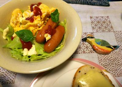 DSC_4298_1011朝-ソーセージと卵、サラダとヤイロチョウ_400.jpg