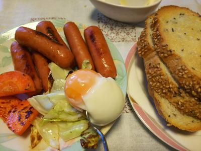 DSC_4405_1020昼-温泉卵、ソーセージと野菜炒め、胡麻パン_400.jpg