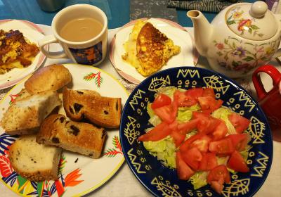 DSC_4457_1022昼-トマトサラダ、ポテトオムレツ、トースト、ミルクティ_400.jpg