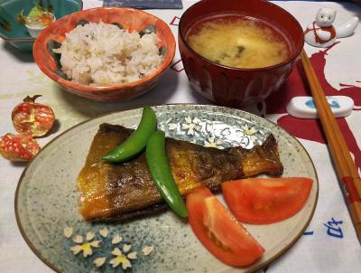 DSC_4483_1025夜-ほっけ焼き、スナップエンドウ、トマト、みそ汁、雑穀ご飯、ザクロの実_400.jpg