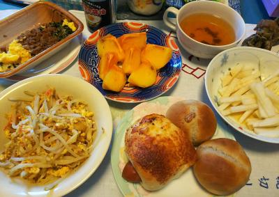 DSC_4544_1102昼-モヤシ卵炒め、ソーセージパンとクルミパン、大根サラダ、スープ、柿_400.jpg