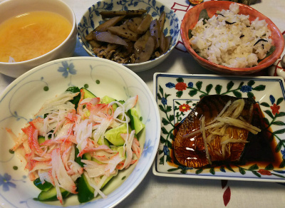 DSC_4551_1103昼-鯖照り焼き、かにかまサラダ、牛蒡とポーク旨煮、雑穀ご飯、みそ汁_400.jpg