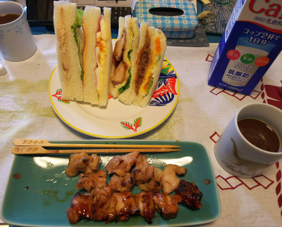 DSC_4559_1104昼-サンドイッチ、焼き鳥、牛乳とコーヒー_400.jpg