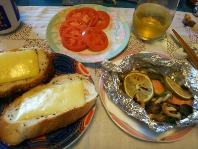 DSC_4622_1110昼-鮭としめじのレモンホイル焼き、トマト、チーズ胡麻パン_400.jpg