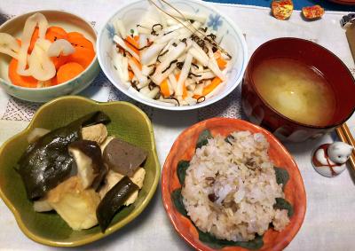 DSC_4708_1117夜-椎茸と昆布の煮物、大根サラダ、味噌汁、小豆ご飯、人参とイカくんサラダ_400.jpg