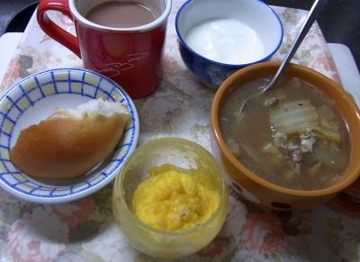 R0040588_1123昼-マフィン、パン、野菜スープ、ヨーグルト_400.jpg