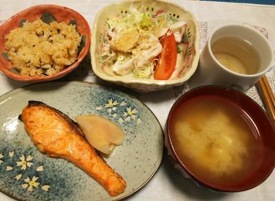 DSC_5178_1212夜-鮭焼き、酢漬け生姜、チキンサラダ、人参ご飯、みそ汁_400.jpg