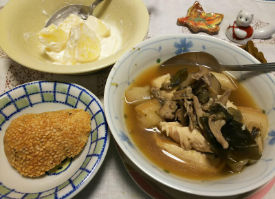 DSC_5212_1216夜-胡麻パン、ささみとマイタケの炒め煮、リンゴヨーグルト_400.jpg