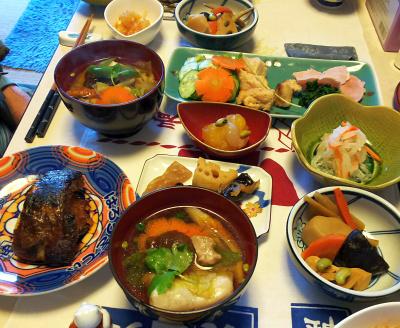 DSC_53800101昼-おせち、なます、カマ、チキンとサーモン、数の子、雑煮_400.jpg