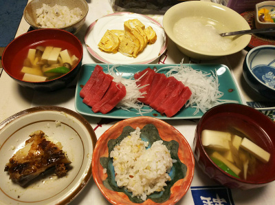 DSC_5429_0103夜-手作り卵焼き、マグロ刺身、豆腐のチキンスープ、カマ、大根おろし、雑穀ご飯_400.jpg