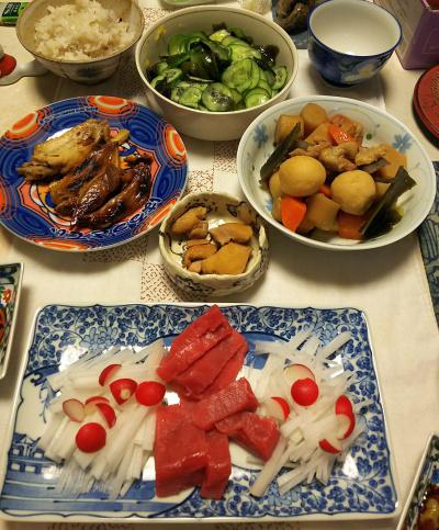 DSC_5441_0104夜-マグロ刺身、手作り筑前煮、手羽先煮、キュウリ酢の物、雑穀ご飯_400.jpg