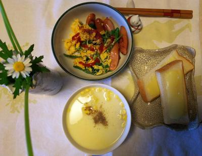 DSC_5444_0105昼-ソーセージとラディッシュの葉の卵炒め、チーズトースト、コーンポタージュ、ノースポールの花_400.jpg