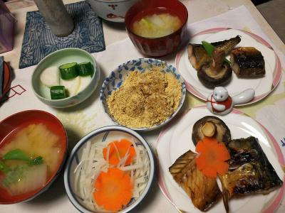 DSC_5449_0105夜-鯖の文化干し、椎茸焼き、きな粉餅、白菜みそ汁、大根酢の物、漬物_400.jpg