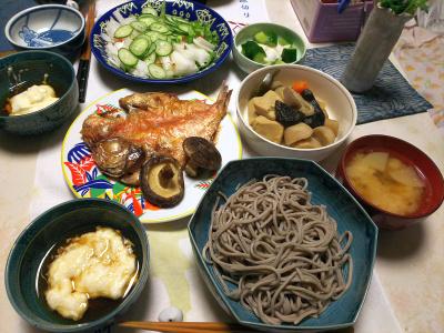 DSC_5468_0107夜-とろろそば、赤い魚の干物、高野豆腐としらたきを加えた筑前煮、サラダ、大根みそ汁、漬物_400.jpg