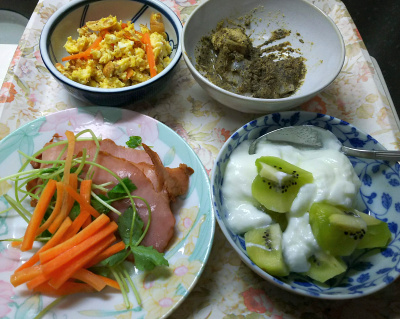 DSC_5483_0109昼-焼き豚、三つ葉、人参添え、炒り卵、キーウィヨーグルト、黒胡麻きな粉餅_400.jpg