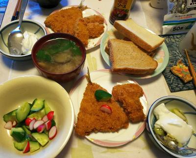 DSC_5581_0116昼-アジフライ、ラディッシュの葉の味噌汁、キュウリとラディッシュサラダ、キーウィヨーグルト、トースト_400.jpg