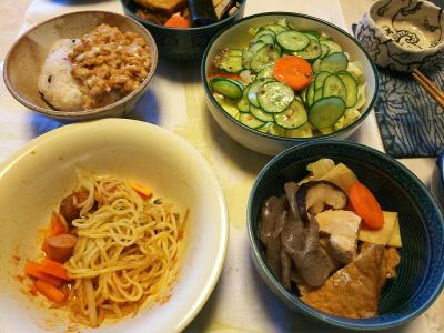 DSC_5620_0121昼-煮物、ミートボール焼きそば、サラダ、納豆ご飯_400.jpg