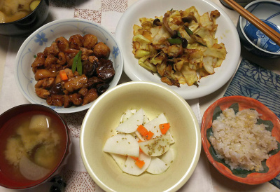 DSC_5638_0122夜-焼き鳥盛り合わせ、キャベツソテーへしこ風味、大根にわさびごま、ナスの味噌汁、雑穀ごはん_400.jpg