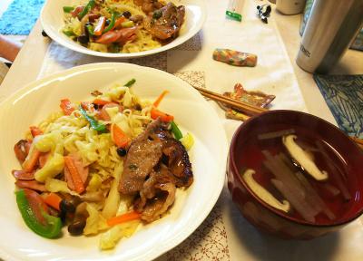 DSC_5664_0126昼-ポークソテーと野菜焼きそば、お吸い物_400.jpg