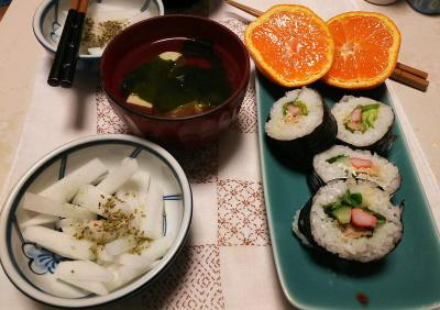 DSC_5672_0127夜-サラダ巻き、大根サラダ、わかめと豆腐のお吸い物、みかん_400.jpg