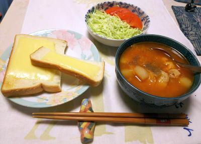 DSC_5697_0130夜-チーズトースト、鶏のトマトシチュウ、キャベツとトマトサラダ_400.jpg
