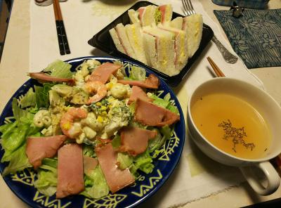 DSC_5700_0131昼-焼豚とエビとアボカドのサラダ、ミックスサンド、バジル風味スープ_400.jpg