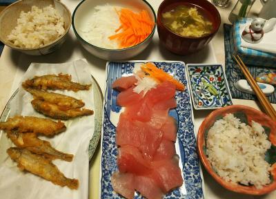 DSC_5722_0202夜-マグロ、ワカサギ唐揚げ、卵スープ、紅白サラダ、雑穀ごはん_400.jpg