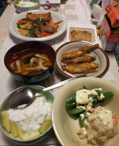 DSC_5783_0209夜-ワカサギ唐揚げ、ポテトサラダ、スナップエンドウ、リンゴヨーグルト / ポークと野菜ソテー、納豆_400.jpg