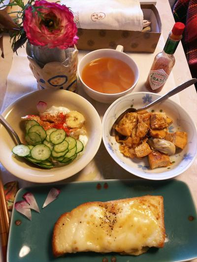 DSC_5890_0222昼-牡蠣とあげの炒めもの、キュウリとバナナのヨーグルトサラダ、野菜スープ、コンビニのチーズトースト甘い_400.jpg