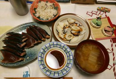 DSC_5985_0301夜-カツオたたき、ちくわ大根サラダ、味噌汁、雑穀ごはん_400.jpg