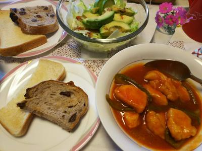 DSC_6026_0306昼-アボカドサラダ、チキントマト煮、レーズンパンとトースト_400.jpg