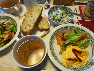 DSC_6115_0317昼-オムレツ野菜炒め、スープ、キュウリアボカドサラダ、胡麻パン_400.jpg