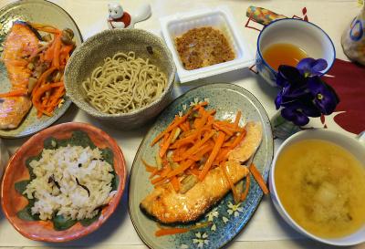 DSC_6239_0324昼-鮭焼きニンジンソテー、納豆、一口蕎麦、味噌汁、雑穀ごはん_400.jpg
