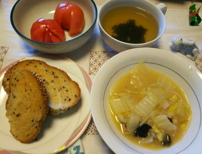 DSC_6376_0403昼-白菜と蟹のクリーム煮、トマト、わかめスープ、胡麻パン_400.jpg