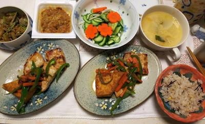 DSC_6418_0407夜-ポークと厚揚げソテー、ニンジンきゅうりサラダ、味噌汁、納豆、縄文ご飯_400.jpg