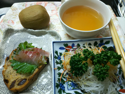 DSC_6588_0424昼・キッチン-イサキ刺し身サンド、大根つま、スープ_400.jpg