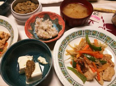 DSC_6712_0429夜-吟醸漬けかしわと野菜蒸し焼き、ゴボウ味噌冷奴、大根味噌汁、雑穀ごはん、鶏皮ごぼう_400.jpg