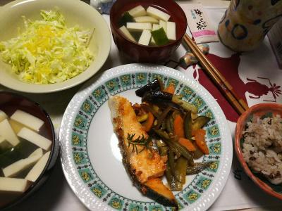DSC_6730_0501夜-鮭ソテー、ナスとニンジンソテー、キャベツ夏ミカンの皮和えサラダ、とうふのお吸い物_400.jpg