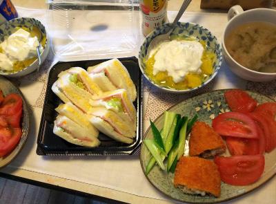 DSC_6767_0507昼-白身魚フライ、トマト、キュウリ、ミックスサンド、夏みかんヨーグルト、ナスの味噌汁_400.jpg