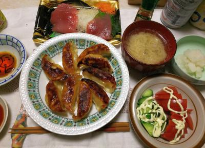 DSC_6801_0511夜-餃子、マグロ、トマトとキュウリサラダ、大根おろし、ゴボウ味噌と大根おろし汁の味噌汁_400.jpg