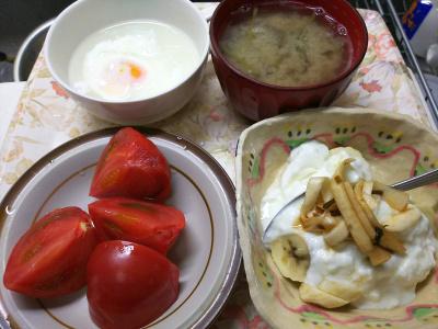 DSC_6906_0513昼-トマト、バナナヨーグルト、昆布大根和え、温卵、ナス味噌汁_400.jpg