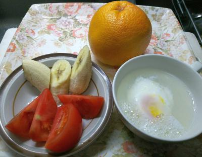 DSC_6935_0517昼・キッチン-トマト、バナナ、湯煎卵_400.jpg
