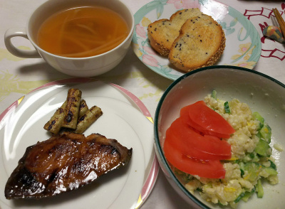 DSC_6939_0517夜-マグロ照り焼き、焼きゴボウ、トマトとポテトサラダ、胡麻パン、スープ_400.jpg