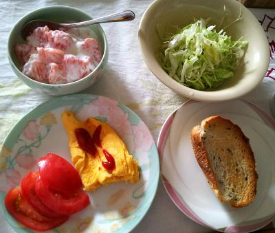 DSC_6946_0519朝-オムレツとトマト、グレープフルーツヨーグルト、キャベツサラダ、胡麻パン_400.jpg