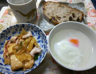 DSC_6957_0520昼・キッチン-イカと厚揚げの炒めもの、湯煎卵、レーズンパン_400.jpg