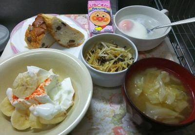 DSC_6965_0521昼・キッチン-バナナヨーグルト、キャベツの味噌汁、大根の昆布和え、湯煎卵、ぶどうパン、いちごオレ_400.jpg