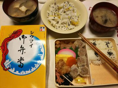 DSC_6990_0526夜-シュウマイ弁当、ナスの味噌汁、大根のみかん風味和え_400.jpg