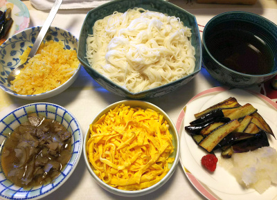 DSC_6995_0527昼-とれたてラズベリー初1個、素麺、錦糸卵、ナス炒め、大根おろし、肉ゴボウ、揚げ玉_400.jpg